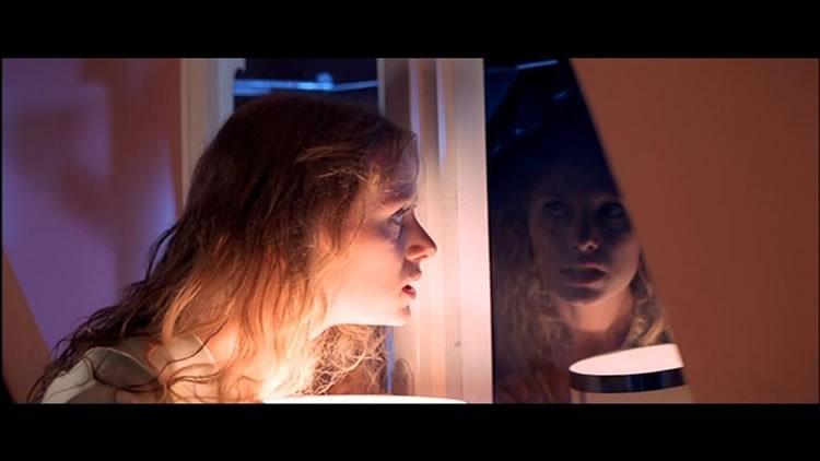 Eva Axén in una terrificante sequenza del film Suspiria ( 1977 )