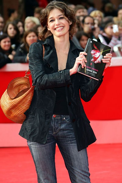 Festival di Roma 2009 - Ana Caterina Morario con una copia di New Moon, il sequel di Twilight