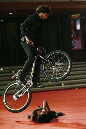 Festival di Roma 2009: brividi e acrobazie sul red carpet per la Cucinotta e Vittorio Brumotti