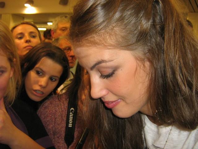 Francesca Fioretti firma autografi ai fans