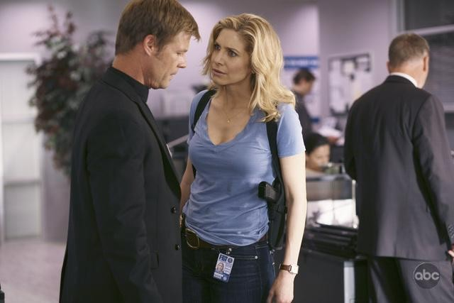 Joel Gretsch ed Elizabeth Mitchell nell'episodio There Is No Normal Anymore del remake di Visitors