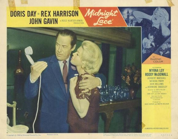 Rex Harrison e Doris Day in una lobby card a colori del film Merletto di mezzanotte ( 1960 )