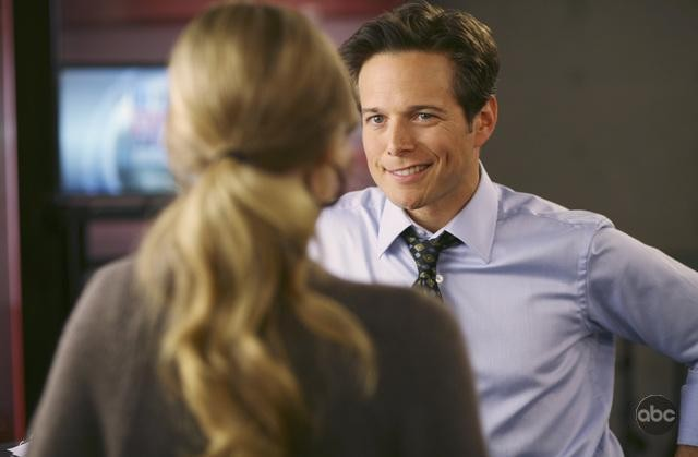 V: Brittney Irvin e Scott Wolf nell'episodio There Is No Normal Anymore