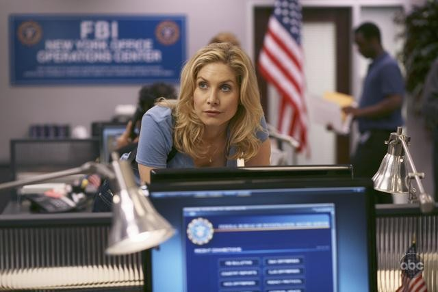 V: Elizabeth Mitchell in una scena dell'episodio There Is No Normal Anymore