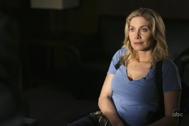 V: Elizabeth Mitchell nell'episodio There Is No Normal Anymore