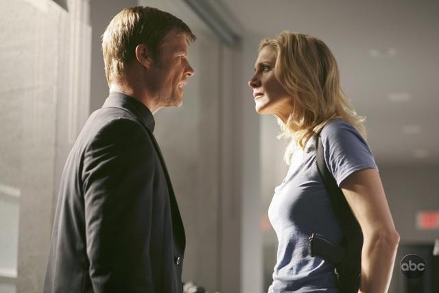 V: Joel Gretsch ed Elizabeth Mitchell nell'episodio There Is No Normal Anymore