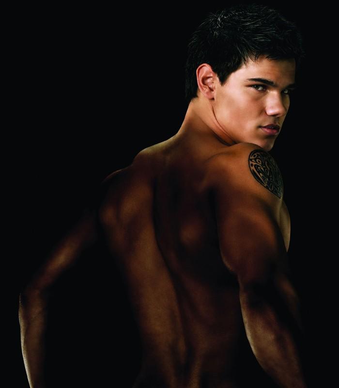 Una foto promo di Jacob Black (Taylor Lautner) di schiena