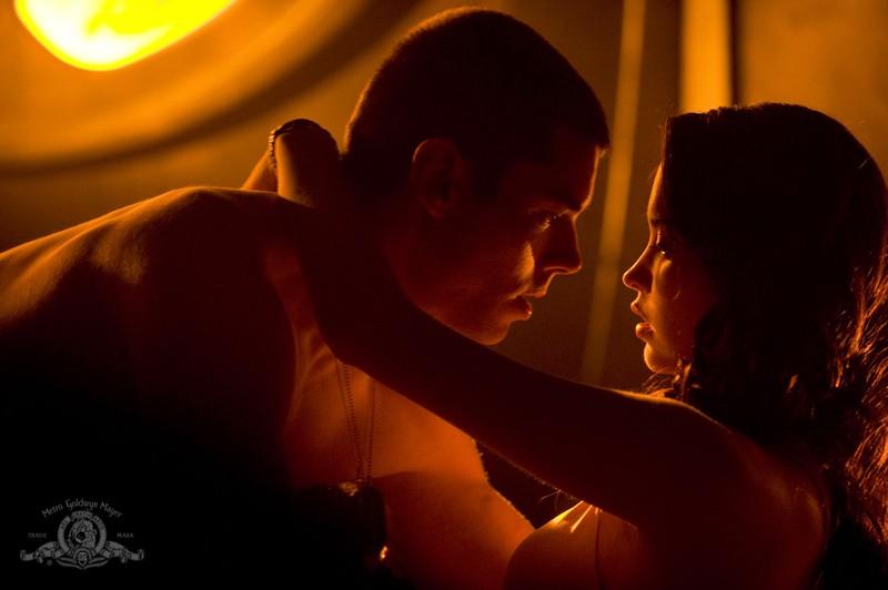 Brian J. Smith e Elyse Levesque in un atto romantico nell'episodio Light di Stargate Universe