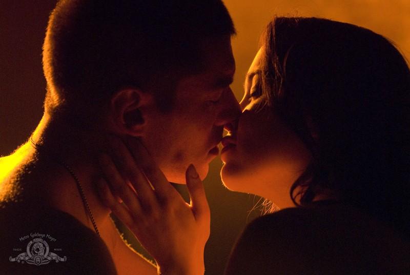 Brian J. Smith e Elyse Levesque si baciano nella puntata Light di Stargate Universe