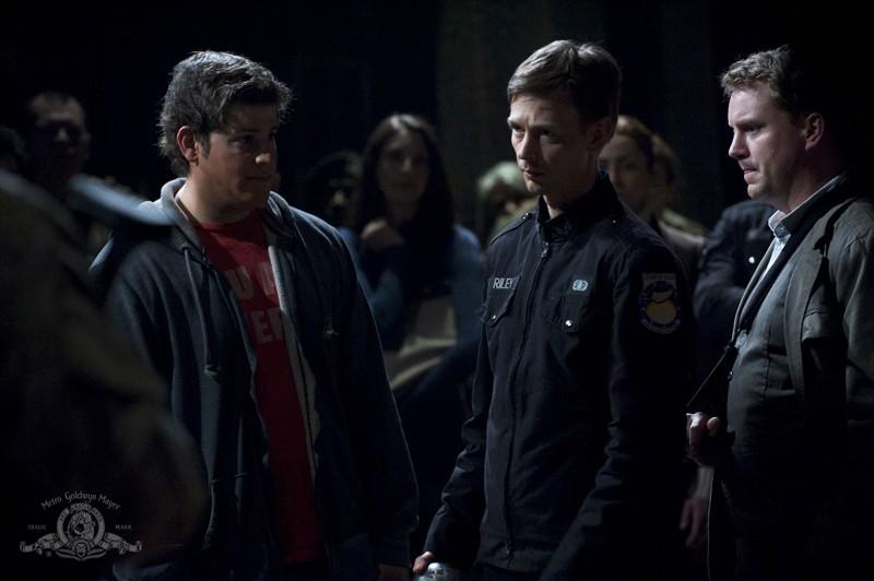 Il Sergente Riley (Haig Sutherland) ed Eli (David Blue) in una scena dell'episodio Light di Stargate Universe