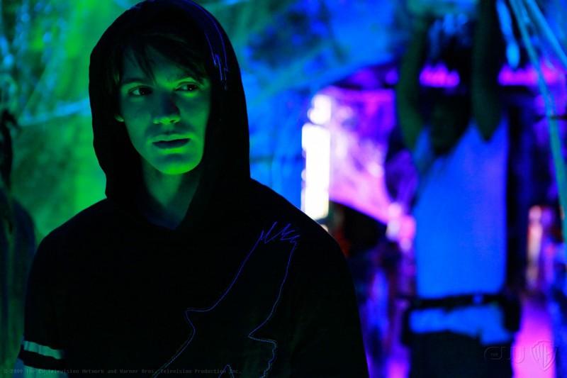 Jeremy (Steven R. McQueen) festeggia Halloween nell'episodio Haunted di The Vampire Diaries