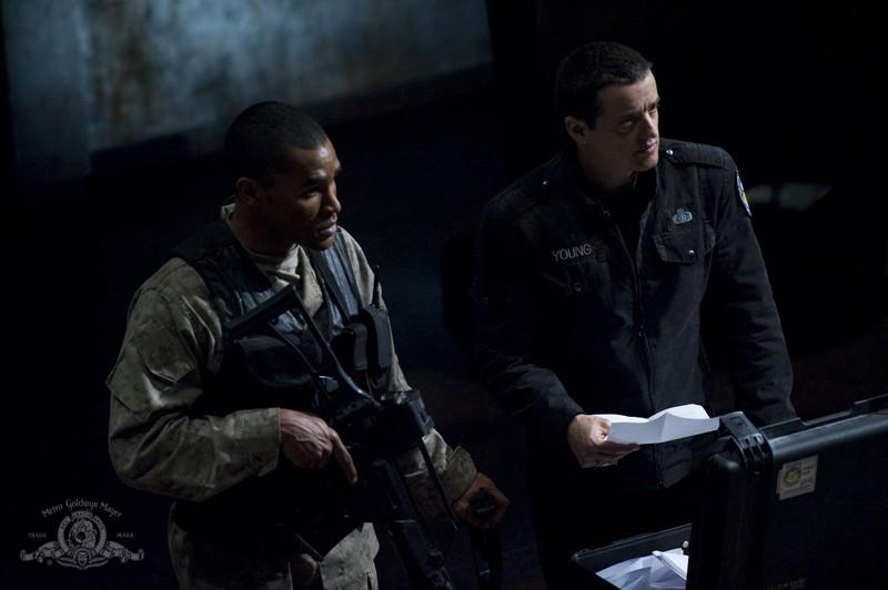 Justin Louis e Jamil Walker Smith estraggono i nomi in una scena dell'episodio Light di Stargate Universe