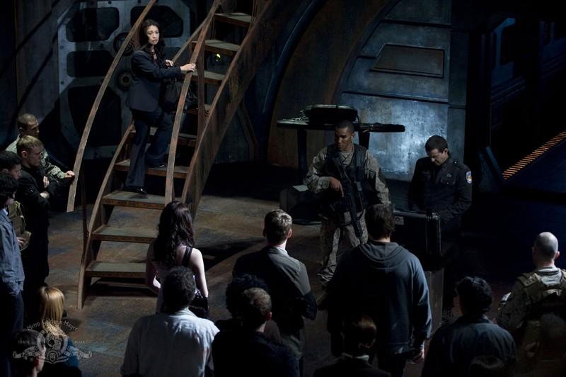 Ming-Na sale verso lo shuttle in una sequenza dell'episodio Light di Stargate Universe