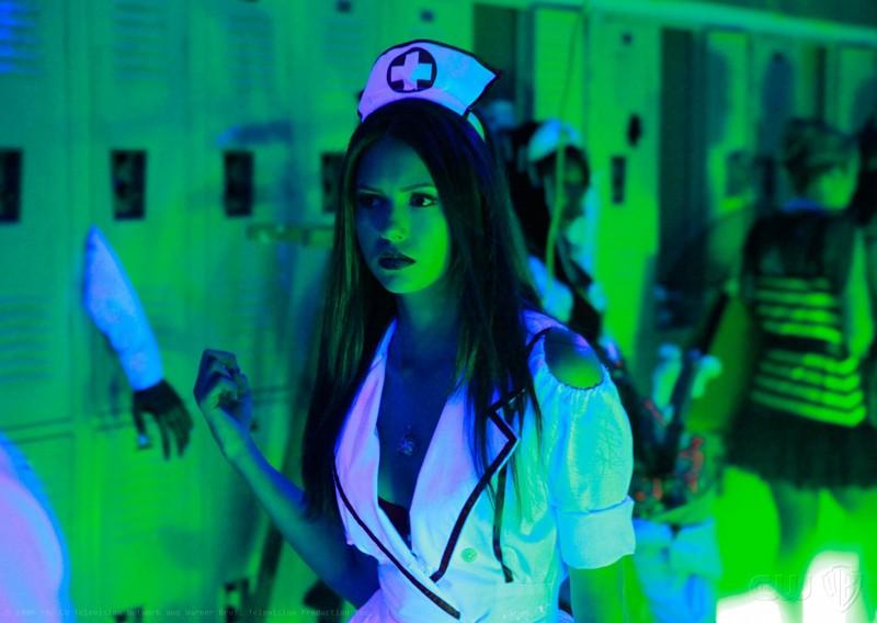 Nina Dobrev vestita da sexy infermiera per Halloween in un momento dell'episodio Haunted di The Vampire Diaries