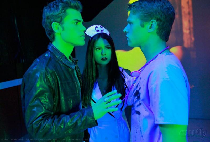 Stefan (Paul Wesley) discute con Matt (Zach Roerig) in presenza di Elena (Nina Dobrev) nell'episodio Haunted di The Vampire Diaries