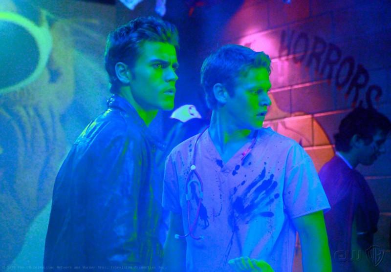 Paul Wesley e Zach Roerig durante la festa di Halloween nell'episodio Haunted di The Vampire Diaries