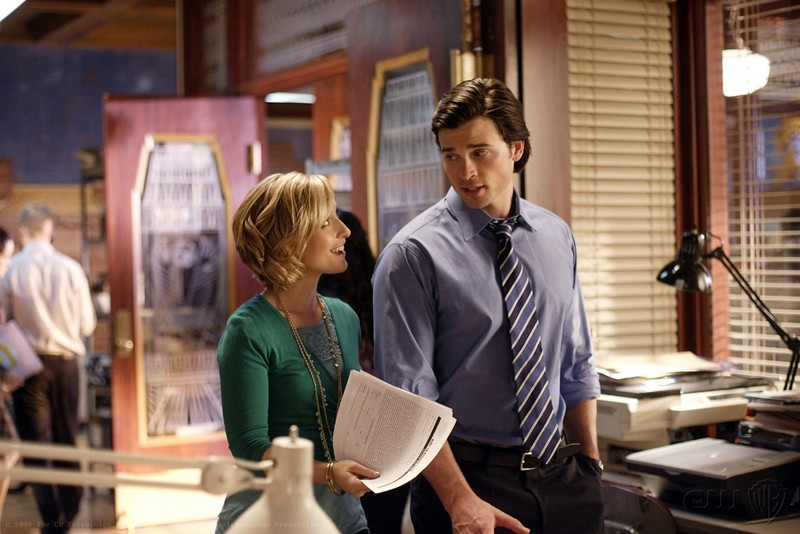 Allison Mack sorride con Tom Welling in una scena dell'episodio Crossfire di Smallville