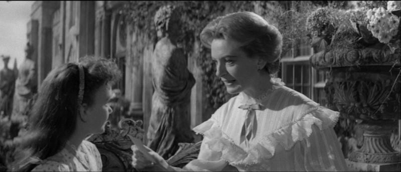 Deborah Kerr e Pamela Franklin in una scena del film Suspense