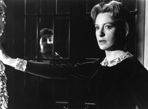 Deborah Kerr e Peter Wyngarde in una scena del film Suspense