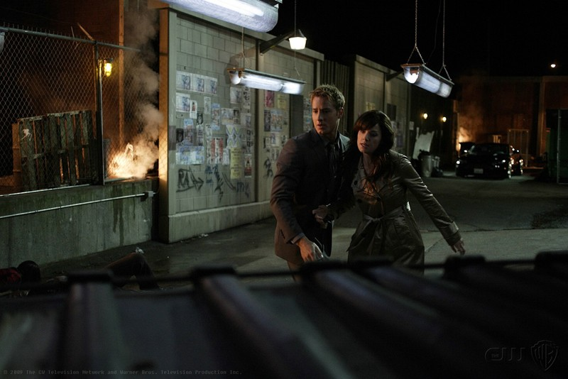 Justin Hartley e Erica Durance in una sequenza dell'episodio Crossfire di Smallville