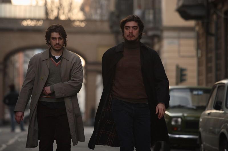 Jacopo-Maria Bicocchi e Riccardo Scamarcio in un'immagine del film La prima linea