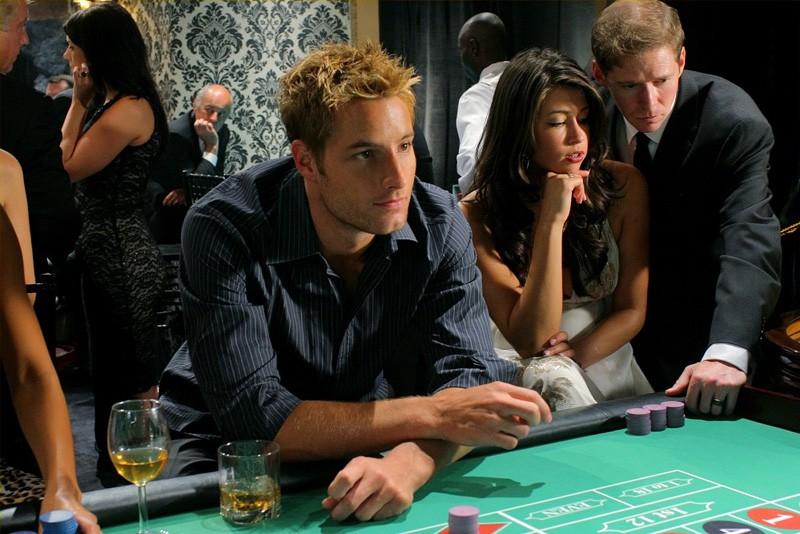 Oliver (Justin Hartley) al banco in un momento dell'episodio Roulette di Smallville