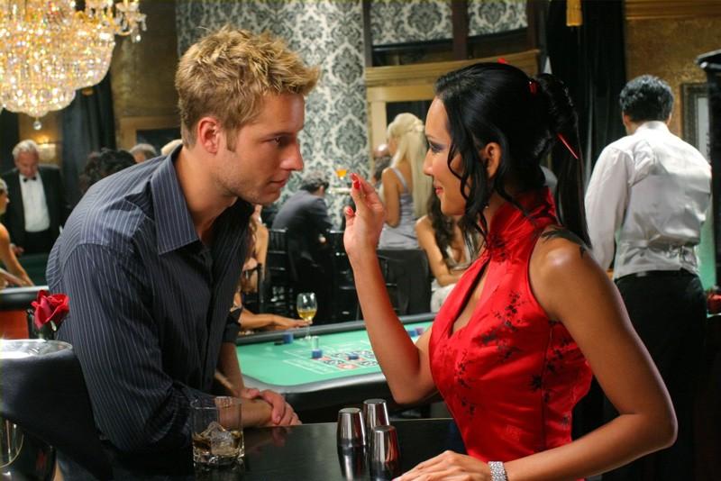Oliver (Justin Hartley) e Veronica (Steph Song) in una scena dell'episodio Roulette di Smallville