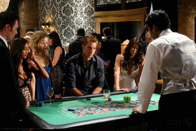 Oliver (Justin Hartley) gioca alla roulette in una scena dell'episodio Roulette di Smallville