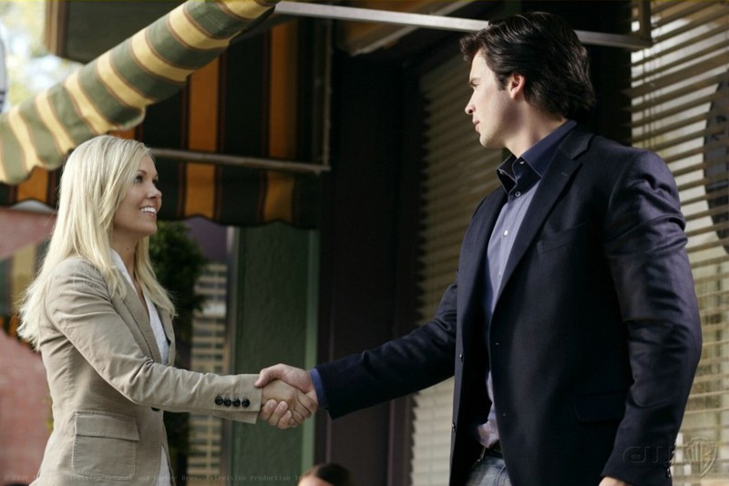 Tom Welling con Emilie Ullerup in una scena dell'episodio Crossfire di Smallville