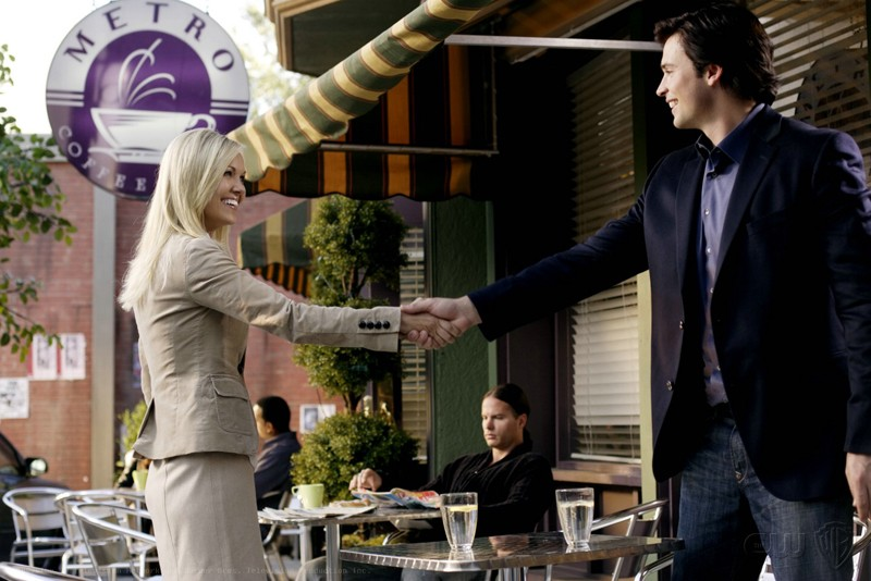 Tom Welling stringe la mano ad Emilie Ullerup in una scena dell'episodio Crossfire di Smallville