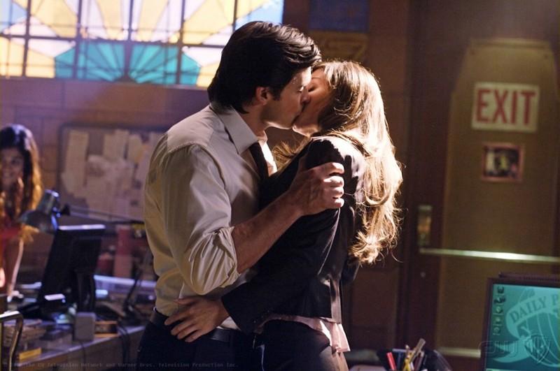 Un bacio romantico tra Tom Welling ed Erica Durance nell'episodio Crossfire di Smallville