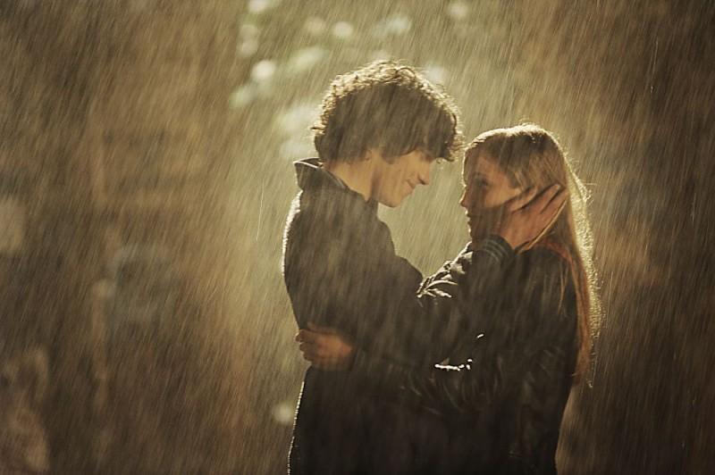 Una romantica immagine di Giuseppe Maggio e Veronica Oliver nel film Amore 14