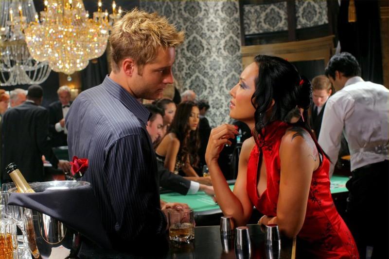 Una scena dell'episodio Roulette di Smallville con Justin Hartley e Steph Song