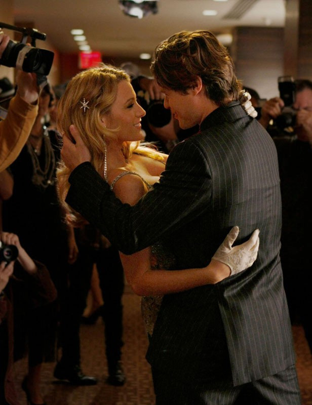 Blake Lively sotto i riflettori in un momento dell'episodio How to Succeed in Bassness di Gossip Girl