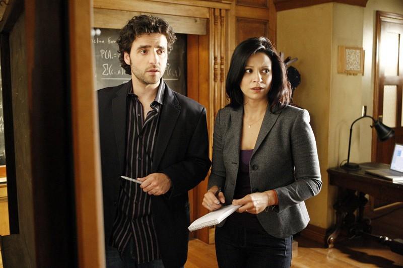 Charlie (David Krumholtz) e Amita (Navi Rawat) a lavoro in una scena dell'episodio Hydra di Numb3rs