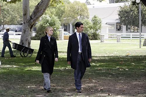 Cold Case: Kathryn Morris e Danny Pino in una scena dell'episodio Dead Heat