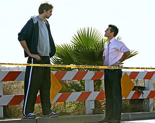 CSI Miami: Pau Gasol ed Eddie Cibrian in una scena dell'episodio Point of Impact