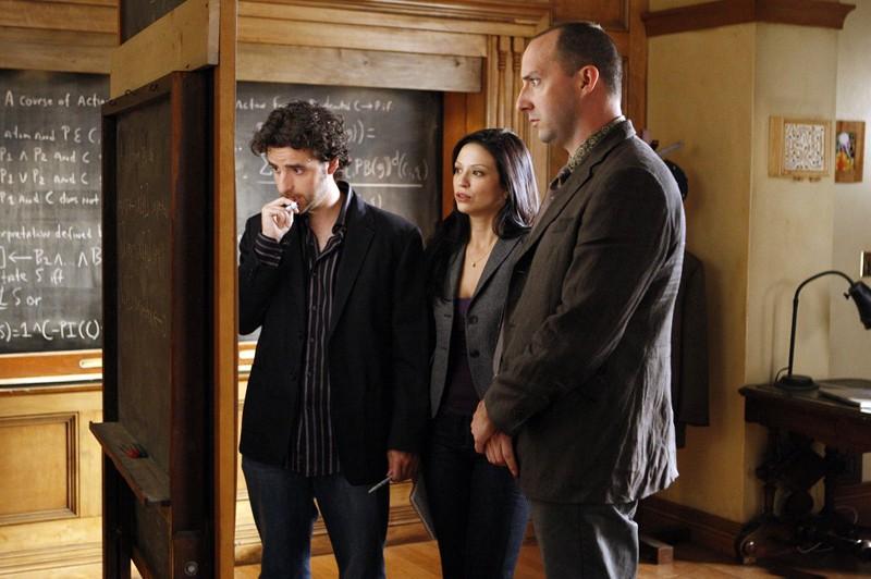 David Krumholtz, Navi Rawat e Tony Hale alla lavagna nell'episodio Hydra di Numb3rs