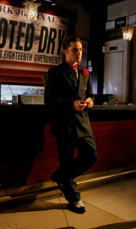 Ed Westwick con un completo gessato nell'episodio How to Succeed in Bassness di Gossip Girl