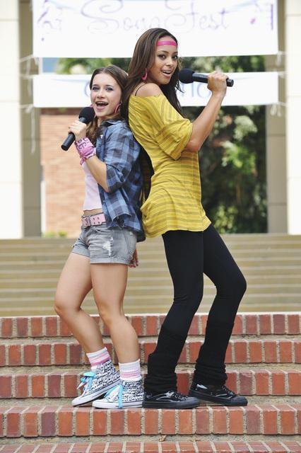 Greek: Amber Stevens ed Olesya Rulin nell'episodio Friend or Foe