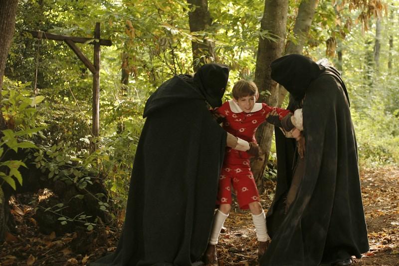 Il piccolo Robbie Kay in un momento di Pinocchio, fiction diretta da Alberto Sironi