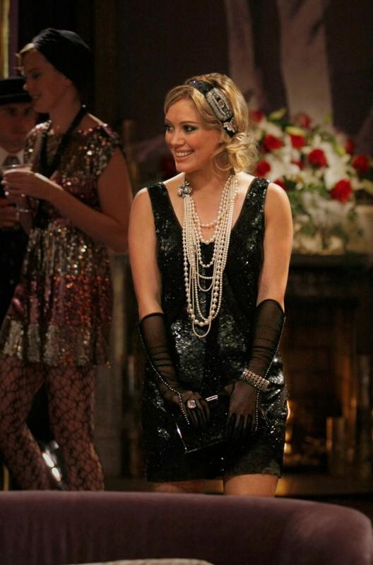 Un'elegante Hilary Duff in una scena dell'episodio How to Succeed in Bassness di Gossip Girl