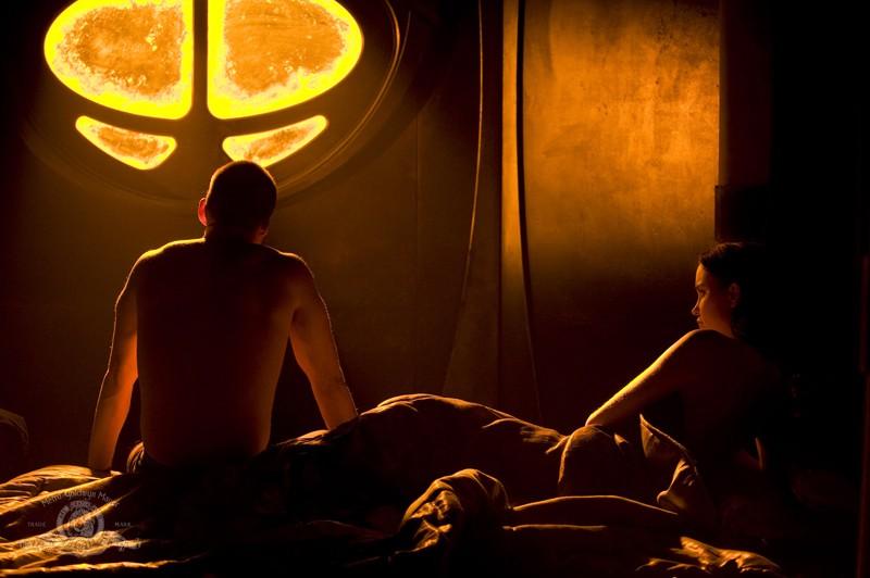 Brian J. Smith e Elyse Levesque nell'episodio Light di Stargate Universe