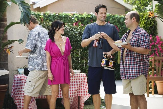 Cougar Town: Brian Van Holt, Courteney Cox, Josh Hopkins ed Ian Gomez nell'episodio Don't Come Around Here No More