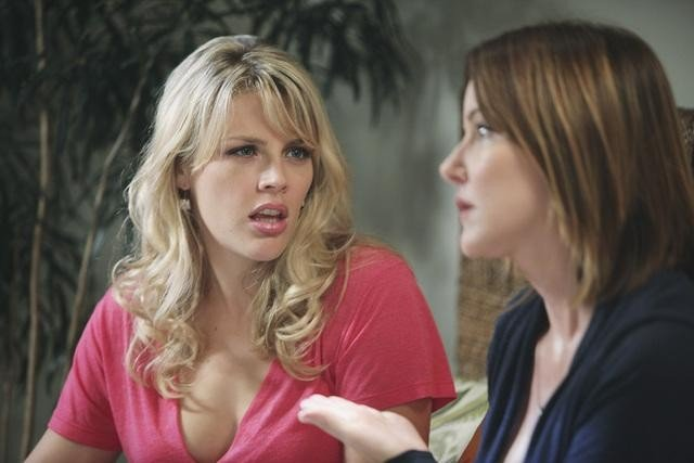 Cougar Town: Busy Philipps e Christa Miller nell'episodio Two Gunslingers
