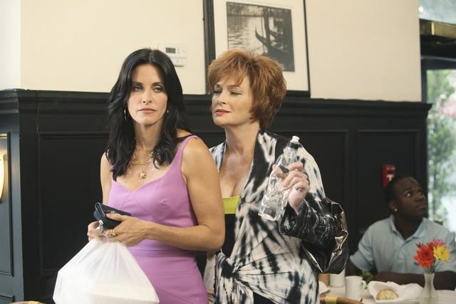 Cougar Town: Courteney Cox e Carolyn Hennesy nell'episodio Two Gunslingers