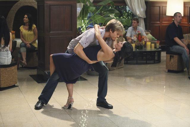 Cougar Town: Courteney Cox ed Alex Schemmer in una scena dell'episodio Two Gunslingers