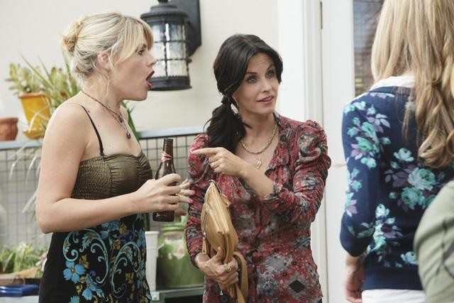 Cougar Town: Courteney Cox, Spencer Locke e Busy Philipps nell'episodio Here Comes My Girl