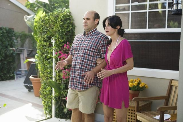 Cougar Town: Ian Gomez e Courteney Cox nell'episodio Don't Come Around Here No More