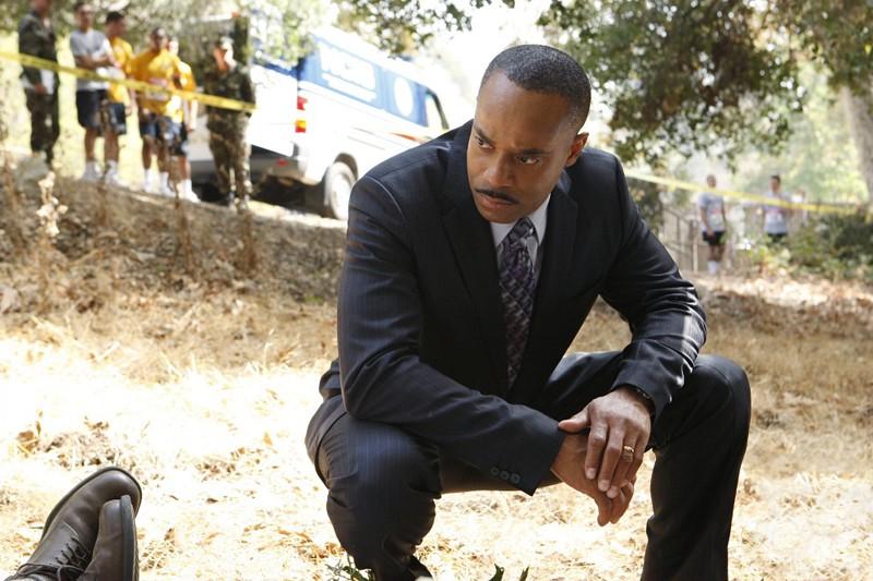 Il Direttore Vance (Rocky Carroll) sulla scena del crimine nell'episodio Endgame di Navy NCIS